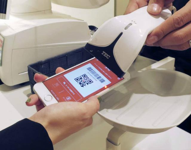 Các công ty công nghệ lớn của Nhật Bản đang thúc đẩy những hệ thông thanh toán điện tử của riêng họ. Ảnh: Japan Times.
