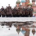 <p> Ngày 7/11, hàng ngàn binh sĩ Nga mặc trang phục Thế chiến II đã diễu binh qua Quảng trưởng Đỏ nhằm tái hiện cuộc duyệt binh lịch sử kỷ niệm 24 năm Cách mạng tháng 10 Nga năm 1917. Ngay sau các đội hình diễu binh, các thiết bị quân sự như xe tăng T-34, pháo binh,... lần lượt lăn bánh trên Quảng trường Đỏ. Ảnh: <em>Reuters</em>.</p>