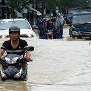 Bão số 6 cách đất liền 300 km, cảnh báo ngập úng các đô thị