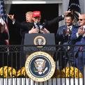 """<p class=""""Normal""""> Tổng thống Mỹ Donald Trump ôm nhà vô địch giải bóng chày World Series, Kurt Suzuki. Ngày 4/11, Suzuki đã tới thăm Nhà Trắng và đội trên đầu chiếc mũ đỏ mang khẩu hiệu ưa thích của ông Trump: """"Make America Great Again"""". Ảnh: <em>AP</em>.</p>"""
