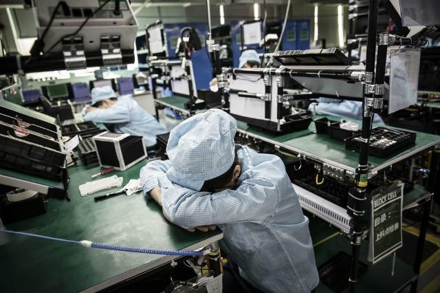 Công nhân trong giờ nghỉ tại một nhà máy điện tử ở Đông Hoản, tỉnh Quảng Đông, Trung Quốc. Ảnh: Bloomberg.