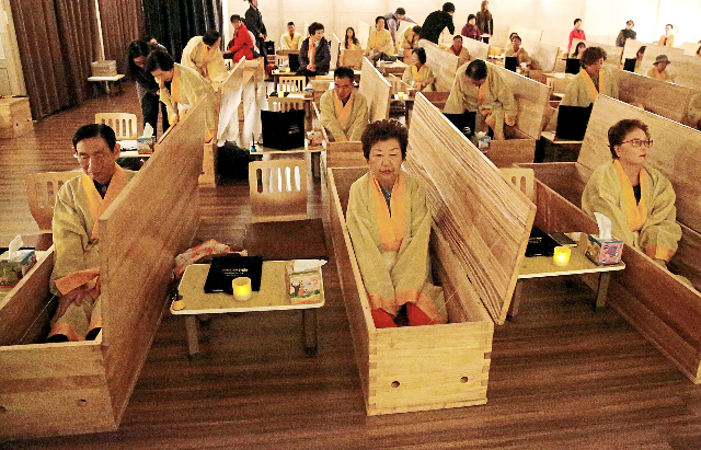 """Hơn 25.000 người đã tham gia trải nghiệm dịch vụ """"lễ tang dành cho người sống"""" tại Trung tâm Hyowon Healing kể từ khi dịch vụ này ra đời vào năm 2012. Ảnh: Reuters."""