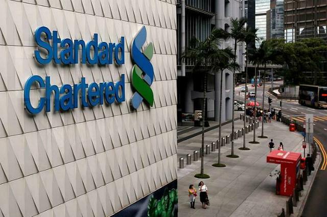Bên ngoài một chi nhánh của Standard Chartered tại Hong Kong. Ảnh: Reuters