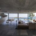 <p> Không gian được thiết kế và bài trí với nhiều vật liệu thô tự nhiên như đá, gỗ...kết hợp cửa kính hiện đại.</p>