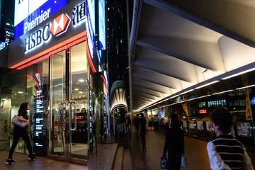 Biểu tình leo thang, giới ngân hàng ở Hong Kong đồng loạt cảnh báo nhân viên