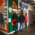 <p> Bên trong là khu giao hàng, với một dãy máy tính bảng để hướng dẫn những nhân viên giao hàng cách đăng nhập. (Ảnh: <em>BI</em>)</p>