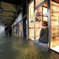 <p> Một người phụ nữ ngồi trên bậc cửa sổ của cửa hàng lưu niệm ở Quảng trường St.Mark, Venice vào ngày 15/11. Chính quyền thành phố Venice cho biết triều cường bắt đầu dâng cao từ ngày 12/11, khiến 70% thành phố này chìm trong nước. Chính phủ Italy đã tuyên bố tình trạng khẩn cấp cho Venice và phân bổ 20 triệu euro để giải quyết thiệt hại ngay lập tức. Thị trưởng Luigi Brugnaro hôm nay dự đoán chi phí sẽ còn tăng thêm rất nhiều. Các chuyên gia dự đoán triều cường sẽ dâng cao tới mức 110 – 120 cm vào cuối tuần. Ảnh: <em>Reuters</em>.</p>