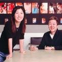 <p> Vợ chồng đồng sáng lập thương hiệu thời trang Forever 21 mất danh hiệu tỷ phú hồi tháng 7/2019. Tại thời kỳ đỉnh cao của công ty này, cặp đôi từng sở hữu tổng tài sản lên đến 5,9 tỷ USD. Tháng 9 vừa qua, Forever 21 nộp hồ sơ xin phá sản. Hiện nay, Jin Sook và Do Won Chang mỗi người nắm giữ tài sản khoảng 800 triệu USD. (Ảnh:<em> Forever 21</em>)</p>
