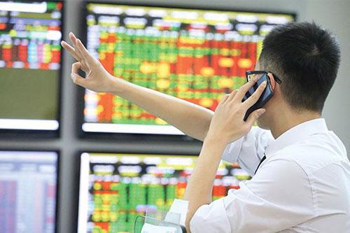 VCB, VNM và FPT lao dốc, VN-Index giảm hơn 7 điểm
