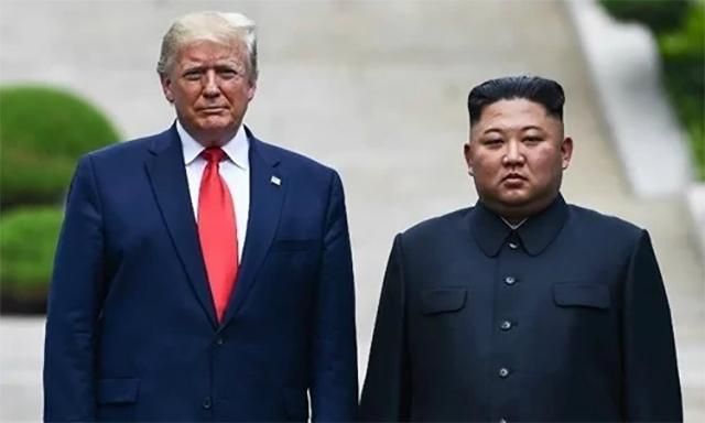 Tổng thống Mỹ Trump (trái) và lãnh đạo Triều Tiên Kim Jong-un tại biên giới liên Triều ngày 30/6. Ảnh: Reuters.