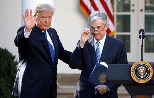 Tổng thống Donald Trump (trái) và chủ tịch Fed Jerome Powell. Ảnh: Reuters.
