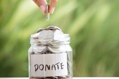 Bất ổn chính trị kích thích giới nhà giàu Mỹ mạnh tay làm từ thiện