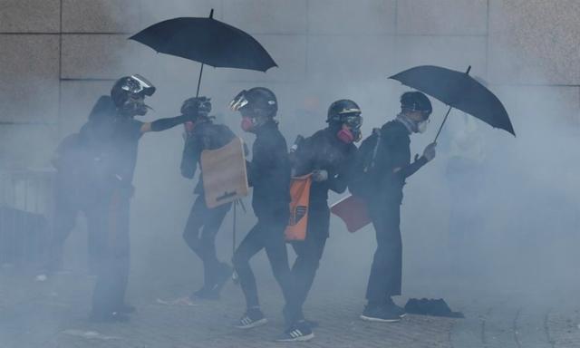 Người biểu tình đối phó đạn hơi cay ở Đại học Bách khoa Hong Kong hôm 17/11. Ảnh: Reuters.