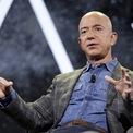 """<p> Tỷ phú Jeffrey Bezos là nhà sáng lập, CEO kiêm Chủ tịch của Amazon.com. Ông lái chiếc Honda Accord trị giá 22.000 USD từ năm 2013. Khi được hỏi lý do trên 60 Minutes, Bezos trả lời: """"Nó vẫn là một chiếc xe tốt"""". Ảnh: <em>AP</em>.</p>"""