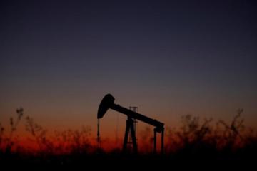 Giá dầu rời đỉnh 2 tháng