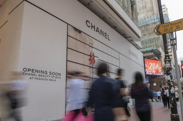 Một cửa hàng sắp khai trương của Chanel tại Vịnh Causeway. Ảnh: SCMP.