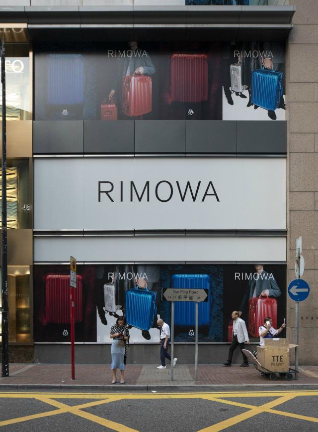 Hãng sản xuất hành lý Rimowa đã có kế hoạch mở cửa hàng thứ 10 ở Hong Kong tại Lee Garden, một trung tâm mua sắm khác ở Causeway Bay, nhưng đang chờ đến ít nhất là vào đầu năm tới để đưa cửa hàng đi vào hoạt động.