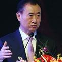 """<p class=""""Normal""""> Vương Tư Thông được xem là một trong những điển hình cho """"phú nhị đại"""", tức thế hệ giàu có thứ hai ở Trung Quốc. Cha anh, Vương Kiện Lâm là người sáng lập tập đoàn Vạn Đạt Đại Liên (Dalian Wanda) – một trong những công ty phát triển bất động sản lớn nhất Trung Quốc.<span>Trong bảng xếp hạng 400 người giàu nhất Trung Quốc 2019 do tạp chí Forbes công bố, Vương Kiện Lâm đứng thứ 14 với tài sản trị giá 12,5 tỷ USD. Năm 2016, doanh nhân này từng vượt qua Jack Ma và Lý Gia Thành để trở thành người giàu nhất châu Á. (Ảnh:</span><em> AFP</em><span>)</span></p>"""