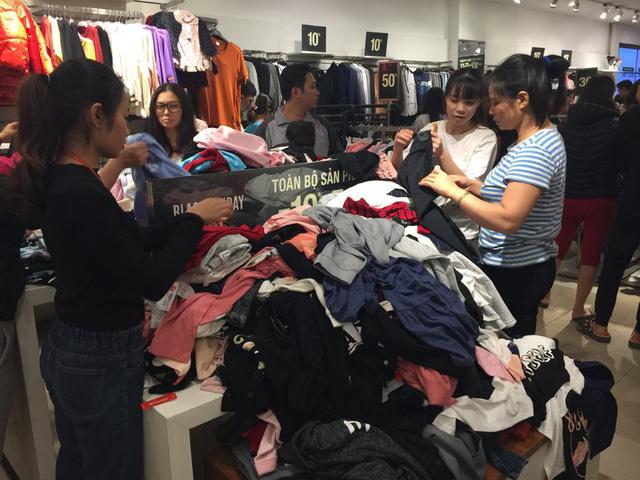 Chưa đến Black Friday, hàng loạt cửa hàng đã treo biển giảm giá cao nhất lên đến 90% - Ảnh 2.