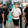 """<p class=""""Normal""""> Vương Tư Thông từng bỏ ra 1,5 triệu USD chỉ để mời nhóm nhạc Nhật Bản AKB48 sang Trung Quốc mặc bộ đồng phục anh ta thiết kế và chụp hình cùng mình. Anh cũng bao nguyên một khu nghỉ dưỡng ở Tam Á, đảo Hải Nam, để tổ chức sinh nhật lần thứ 27 và mời cả nhóm nhạc nữ T-ara của Hàn Quốc đến biểu diễn.<span>Vương Tư Thông quen biết với nhiều ngôi sao giải trí của Trung Quốc. Anh từng làm phù rể trong đám cưới của Angelababy và Huỳnh Hiểu Minh. (Ảnh: </span><em>Getty Images</em><span>)</span></p>"""