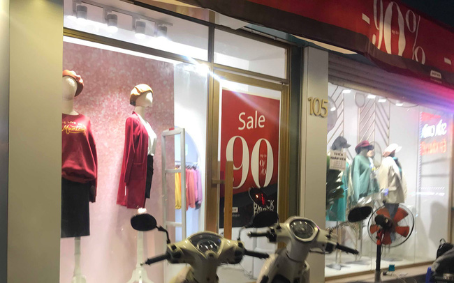 Chưa đến Black Friday, hàng loạt cửa hàng đã treo biển giảm giá cao nhất lên đến 90%
