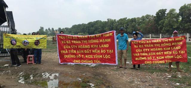 """Khách hàng căng băng rôn đòi lại tiền tại """"dự án ma"""" mà bà Hiền, Hạnh lừa bán cho họ Ảnh: Mã Phong"""