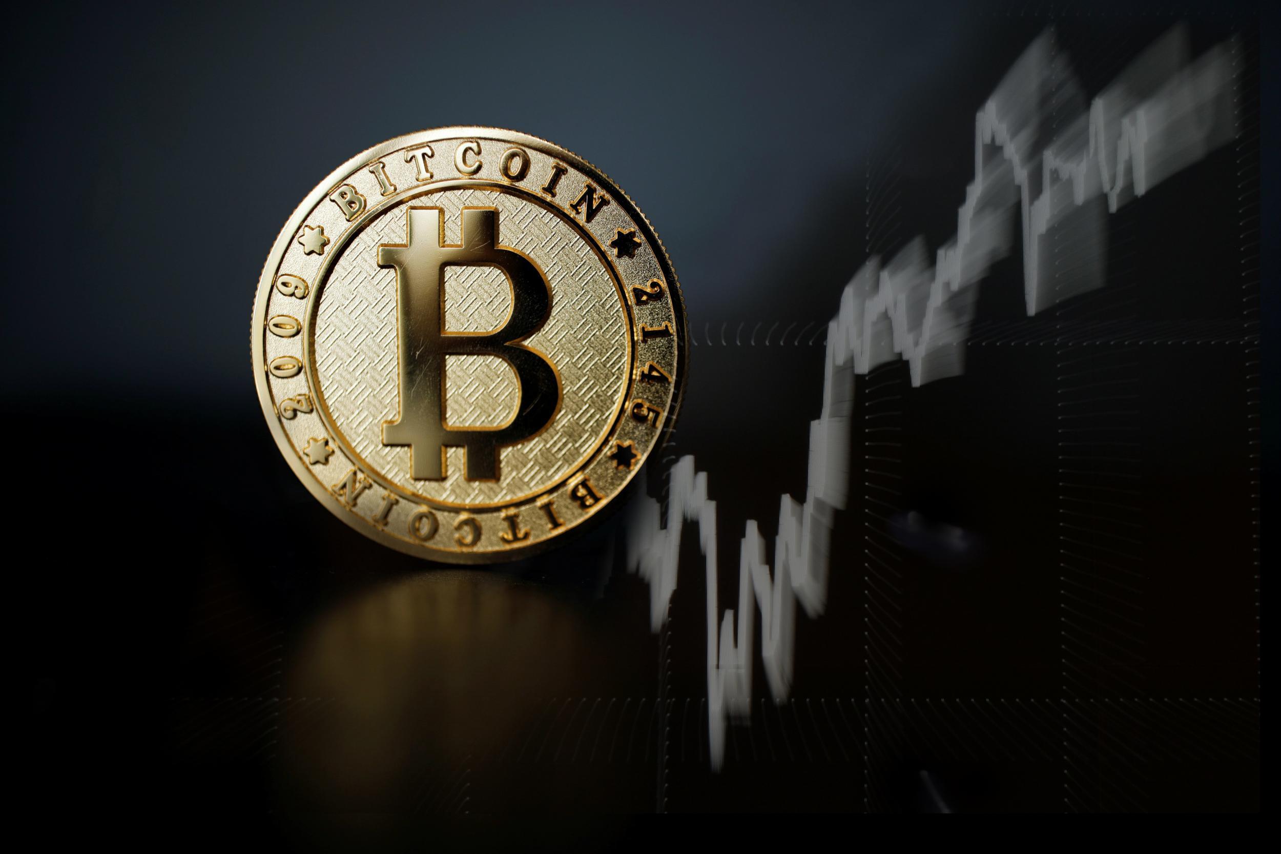 Bitcoin trượt giá kỷ lục