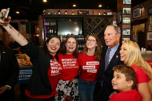 Michael Bloomberg cùng các thành viên trong tổ chức chống bạo lực súng đạn. Ảnh: Bloomberg