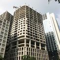 """<p> Công trình """"bất động"""" giữa các toà nhà cao tầng trên phố Lê Văn Lương.</p>"""