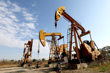 Giá dầu tăng, nối gót Phố Wall