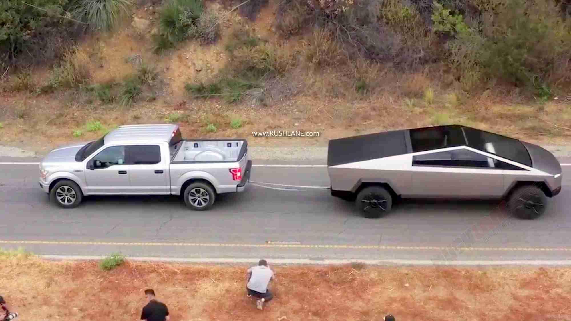 Cybertruck của Tesla kéo co với F-150 của Ford