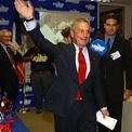 <p> Năm 2001, Bloomberg bước vào thế giới chính trị, ứng cử thị trưởng thành phố New York với tư cách thành viên đảng Cộng hòa. Ông được bầu chỉ vài tuần sau vụ tấn công ngày 11/9. Khi còn đương chức, Bloomberg – lúc đó đã là một tỷ phú - chấp nhận mức lương 1 USD trong suốt 12 năm làm việc tại văn phòng thị trưởng. Ông từ chối mức lương có thể lên tới 2,7 triệu USD trong suốt nhiệm kỳ của mình, theo tờ <em>New York Times</em>. (Ảnh: <em>Reuters</em>)</p>