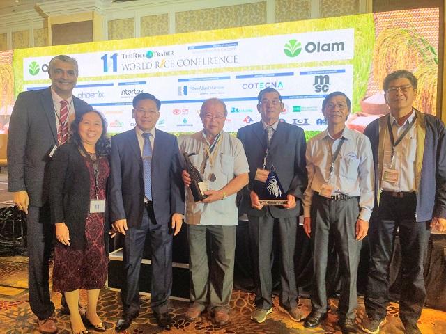 Các đại diện đoàn Việt Nam nhận giải thưởng.