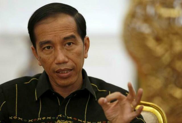 Tổng thống Indonesia Joko Widodo ra hiệu trong cuộc phỏng vấn báo chí tại phủ tổng thống ở thủ đô Jakarta, tháng 2/2016. Ảnh: Reuters.