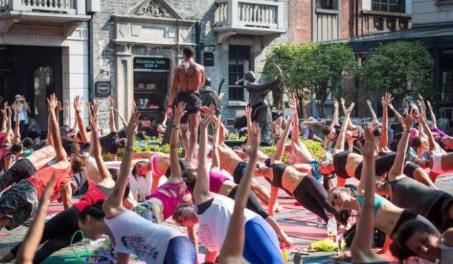 Lớp yoga của Nino Mendes ở Thượng Hải. Ảnh: SCMP.