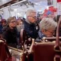 """<p class=""""Normal""""> Người dân Mỹ xếp hàng dài chờ đợi bên ngoài cửa hàng của Macy's tại Quảng trường Herald ở New York vào sáng sớm ngày Black Friday 28/11. Tuy nhiên, mùa Black Friday năm nay không còn chứng kiến sự điên cuồng, giành giật từ người mua sắm do các hãng bán lẻ tung khuyến mãi sớm và người tiêu dùng chuộng mua online. Theo khảo sát của Hiệp hội Bán lẻ Mỹ, hơn nửa người dân đã bắt đầu mua sắm từ tuần đầu tiên của tháng 11. """"Rất nhiều người bán bắt đầu tung khuyến mãi ngay sau Halloween"""", Lauren Bitar, Giám đốc tư vấn bán lẻ tại RetailNext, nói. Ảnh: <em>Reuters</em>.</p>"""