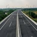 """<p class=""""Normal""""> Phần đường dẫn phía TP HCM dài 852 m đã được tráng nhựa. Cầu rộng gần 22 m cho bốn làn xe và hai làn dừng khẩn cấp trong giai đoạn một cho xe chạy vận tốc 80 km/h và giai đoạn hoàn chỉnh là 100 km/h.</p>"""