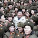 """<p class=""""Normal""""> Nhà lãnh đạo Triều Tiên Kim Jong-un vừa có chuyến thăm đơn vị quân đội đồn trú trên đảo tiền tiêu gần biên giới với Hàn Quốc, trong bối cảnh đàm phán với Mỹ tiếp tục bế tắc. Bức ảnh, được công bố vào ngày 25/12, chụp ông Kim khi tới thăm một trung đội nữ quân nhân, thuộc đơn vị 5492.<br /><br /><span>Cuộc đàm phán hạt nhân giữa Mỹ và Triều Tiên bị đình trệ sau hội nghị thượng đỉnh không đạt kết quả như mong đợi ở Hà Nội, Việt Nam vào tháng 2, khi hai bên không tìm được tiếng nói chung về các bước gỡ bỏ chương trình hạt nhân của Bình Nhưỡng và các biện pháp trừng phạt của Washington. Ảnh: <em>Reuters</em>.</span></p>"""