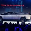 """<p class=""""Normal""""> CEO của Tesla, Elon Musk, công bố mẫu xe bán tải mới của công ty vào ngày 21/11. Trong lễ ra mắt, ông Musk công bố một video ghi lại màn """"so găng"""" của mẫu xe này với đối thủ Ford F-150, xe bán tải hiện bán chạy nhất phân khúc lẫn toàn thị trường Mỹ. Phần thắng thuộc về Tesla Cybertruck.<br /><br /><span>Cũng trên sân khấu, tỷ phú Musk khẳng định chiếc xe có thể chống đạn. Tuy nhiên, khi nhà thiết kế Franz Von Holzhausen ném 2 quả bóng kim loại, cửa sổ xe Cybertruck đều bị nứt vỡ. Tối 26/11, CEO của Tesla, ông Elon Musk khoe trên Twitter rằng công ty đã nhận được 250.000 đơn đặt cọc mua xe Cybertruck. Ảnh: <em>AP</em>.</span></p>"""