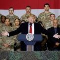 """<p class=""""Normal""""> Tổng thống Donald Trump phát biểu trước lực lượng quân đội Mỹ trong chuyến thăm bất ngờ tới căn cứ không quân Bagram ở ngoại ô thủ đô Kabul Afghanistan hôm 28/11. """"Tôi muốn mừng lễ Tạ ơn cùng những chiến binh rắn rỏi, mạnh mẽ và dũng cảm nhất thế giới. Tôi đến để phục vụ bữa tối cho các bạn và chúng ta đã có những giờ phút vui vẻ. Thật vinh dự khi có mặt tại đây"""", ông nói.<br /><br /><span>Người đứng đầu Nhà Trắng phục vụ món gà tây, cùng ăn tối và chụp ảnh với các binh sĩ Mỹ, sau đó gặp Tổng thống Afghanistan Ashraf Ghani trong chuyến thăm chỉ kéo dài hơn hai giờ tại căn cứ Bagram. Tổng thống Trump tuyên bố tái khởi động vòng đàm phán hòa bình với phiến quân Taliban và dự kiến rút bớt quân khỏi Afghanistan. Ảnh: <em>Reuters</em>.</span></p>"""
