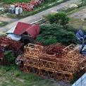 <p> Dù đất nền được bán gần hết, chủ đầu tư dự án Cồn Tân Lập không triển khai gì về hạ tầng dự án. Công trình bỏ hoang nhiều năm, sắt thép hoen gỉ.</p>