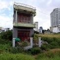 <p> Những căn nhà chưa di dời nhưng cũng bỏ hoang, cỏ dại mọc um tùm.</p>