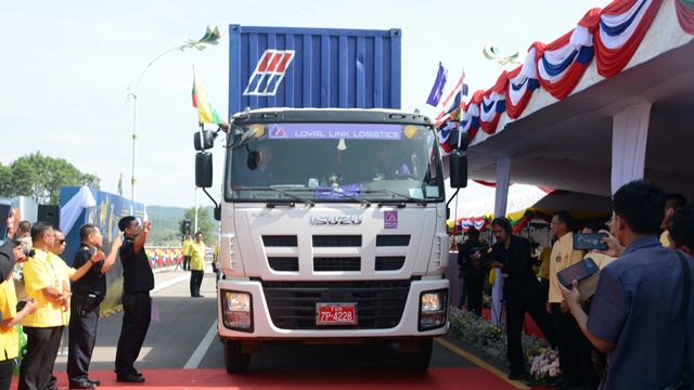 A truck is ready to test drive the newly opened second Thai-Myanmar Friendship Bridge which connects Myawaddy with Mae Sot, part of the East-West Economic Corridor. (Photo by Yuichi Nitta)