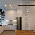 <p> Phòng bếp được thiết kế tối giản với màu sơn và nội thất trắng.</p>