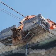 Nha Trang tháo dỡ 'tường thành' khổng lồ, mưa nước chảy ồ ạt vào nhà dân