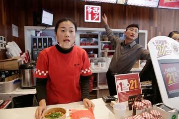 Nhà hàng Trung Quốc khốn đốn vì giá thịt lợn tăng