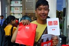 Hàng nghìn người xếp hàng chờ mua sắm tại cửa hàng Uniqlo đầu tiên ở Việt Nam
