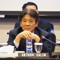 """<p class=""""Normal""""> <strong>6.<span> </span>Anthoni Salim và gia đình</strong></p> <p class=""""Normal""""> Tài sản: 5,5 tỷ USD</p> <p class=""""Normal""""> Anthoni Salim đứng đầu tập đoàn Salim do gia đình điều hành với các khoản đầu tư vào thực phẩm, ngân hàng và viễn thông. Ông cũng là CEO của Indofood, một trong những nhà sản xuất mì ăn liền lớn nhất thế giới với doanh thu năm 2018 đạt 5,1 tỷ USD.<span>Tỷ phú Salims sở hữu khoảng 41% công ty đầu tư First Pacific. (Ảnh: </span><em>Nikkei Asian Review</em><span>)</span></p>"""