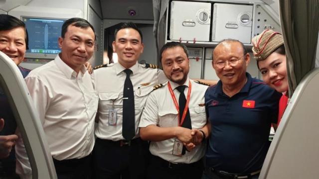 Vietjet tặng 1 năm bay khắp châu Á cho 2 đội tuyển cùng gia đình và ban huấn luyện