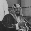 <p> Saudi Arabia chính thức được thành lập vào năm 1932 sau khi vị vua đầu tiên - Ibn Saud - thống nhất bốn vùng Arabia - Hejaz, Najd, Đông Arabia và Nam Arabia - thành một quốc gia sau một loạt cuộc chinh phạt trong suốt ba thập kỷ. Vua Ibn Saud đã lãnh đạo đất nước tìm kiếm dầu mỏ và ký thỏa thuận nhượng quyền dầu đầu tiên với Công ty Standard Oil của California. Ảnh: <em>Wikimedia Commons.</em></p>